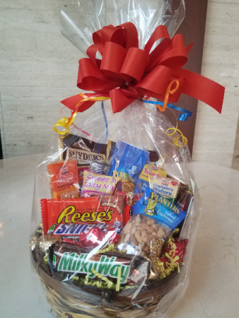 snack-attack-sweet-and-salty-gift-basket-5b1eb9fea689c.425